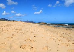 Plaża to prawie całe południowe wybrzeże wyspy