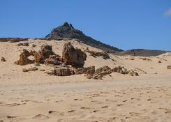 Bazaltowe twory są widoczne z plaży