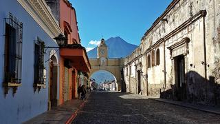 Antigua Guatemala - dawna stolica kraju - leży u podnóża trzech wulkanów.