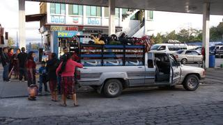 Na targ w Chichicastenango przyjeżdżają całe rodziny.