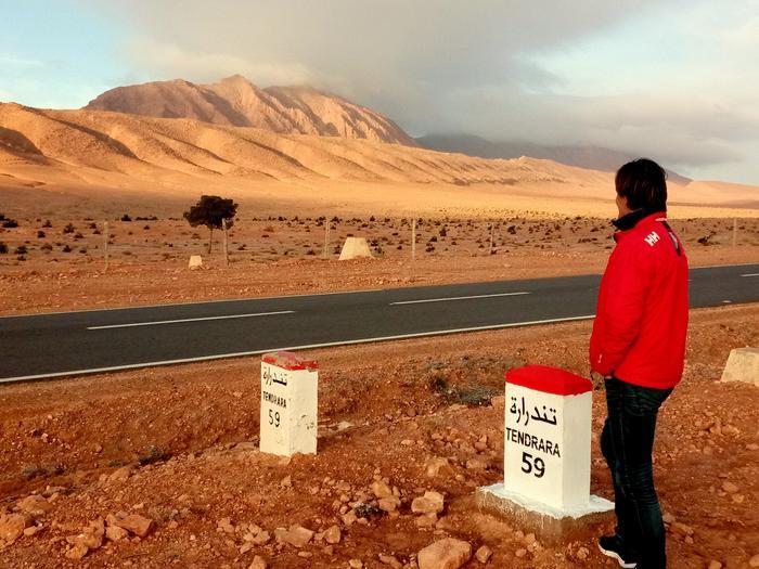 Za górami Algeria a obok nas ostatni droga asfalnu na tej cześci pustynii
