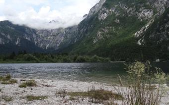Spokój jeziora Bohinj zakłóca tylko szum odległego wodospadu, żaden inny czynnik nie ośmiela się wtrącać w tę cichą magię natury.