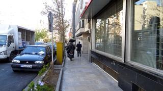 Iran.Teheran. Motocykle lawirują po chodnikach między pieszymi