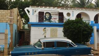 Stary amerykański samochód i nieśmiertelny Che Guevara