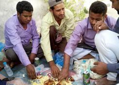 Posiłek w towarzystwie emigrantów.