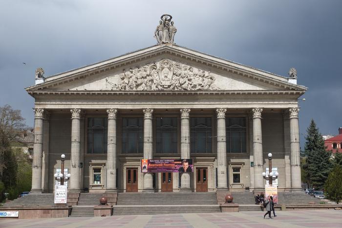 Neoklasycystyczna fasada Teatru im. Tarasa Szewczenki w Tarnopolu