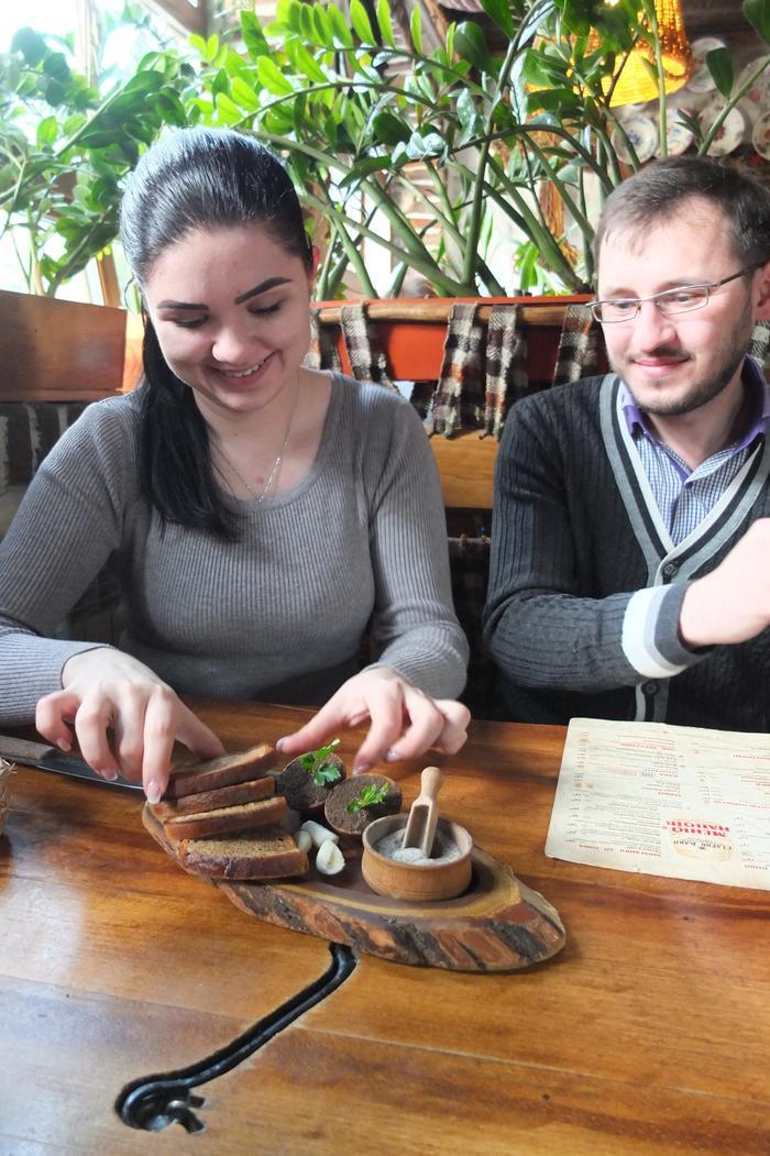 Kasia smaruje pajdy chleba smalcem z dodatkami według przepisu Bohdana Stupki - kocham ukraińską kuchnię!