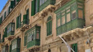 Maltańskie kamienice z żółtego piaskowca i drewniane balkony to charatkerystyczna architektura tej wyspy.