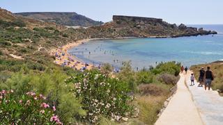 Plaża w Ghajn Tuffieha Bay. Malta