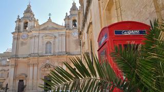 Mdina. Katedra św. Pawła i charakterystyczna brytyjska czerwona budka telefoniczna podkreślająca historyczne więzy między Maltą a Wielką Brytanią.