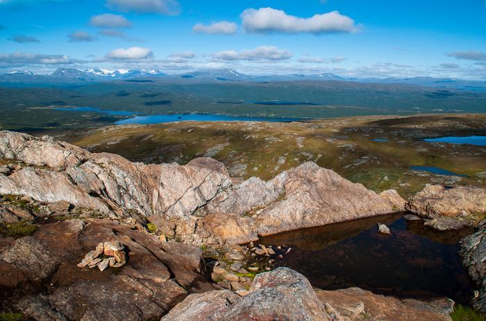 Laponia poprzecinana jest tysiącami jezior otulonych śnieżnobiałymi szczytami