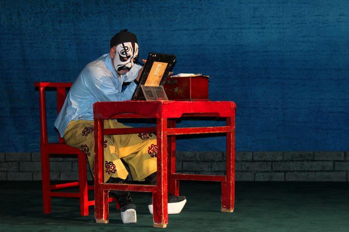 Aktor opery chińskiej przygotowuje się do występu