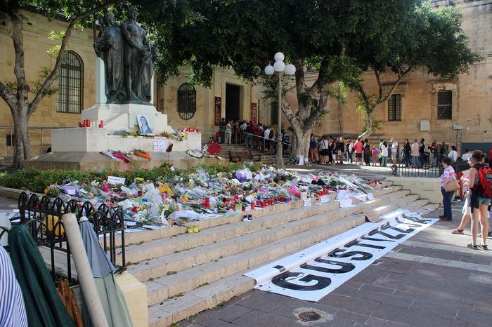 Caruana Galizia  Stolica Malty - Valletta. Vis a vis gmachu sądu,kilka dni po zamachu.