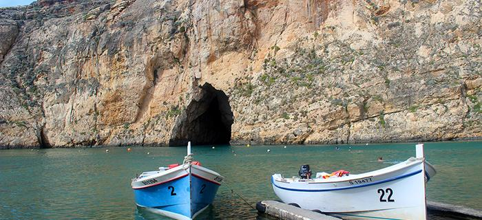 Gozo - morze wtargnęło przez skały na wyspę