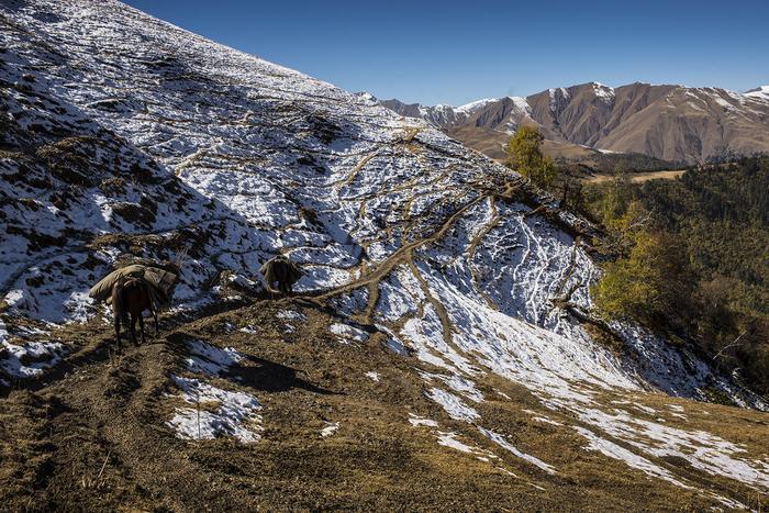 Podróż z zapasami przez góry - okolice jeziora Oreti / Tuszetia