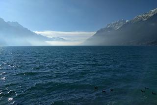 Na lewo jezioro, na prawo jezioro a w środku Interlaken