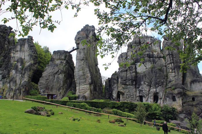 Najwyższe skały udostępniono turystycznie schodkami, wykuszami i klamrami.