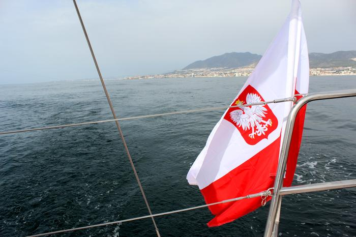 Basza bandera na jachcie - w tle Hiszpania i Gibraltar