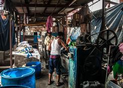 Bombaj (Indie) – Dhobi Ghat – pracują tutaj ludzie w różnym wieku
