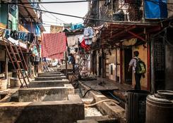 Bombaj (Indie) – Dhobi Ghat – dziecko wracające ze szkoły