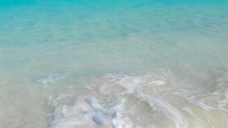 Krystaliczna woda na plazy Grace Bay