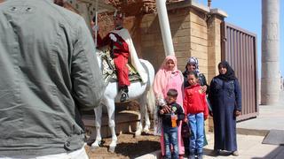 Rodzinna pamiątka z wycieczki do Rabatu. Maroko, przed mauzoleum Mohameda V, Marokańczyk fotografuje swoją rodzinę.