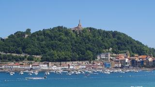 Widok z plaży na wzgórze Monte Urgull.