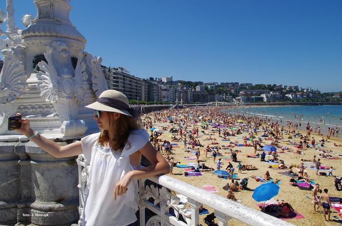 Selfie na bulwarze wzdłuż plaży La Concha.