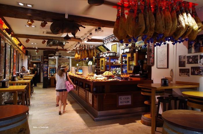 W jednym z barów na starówce. Na ladach wyłożone baskijskie przekąski.
