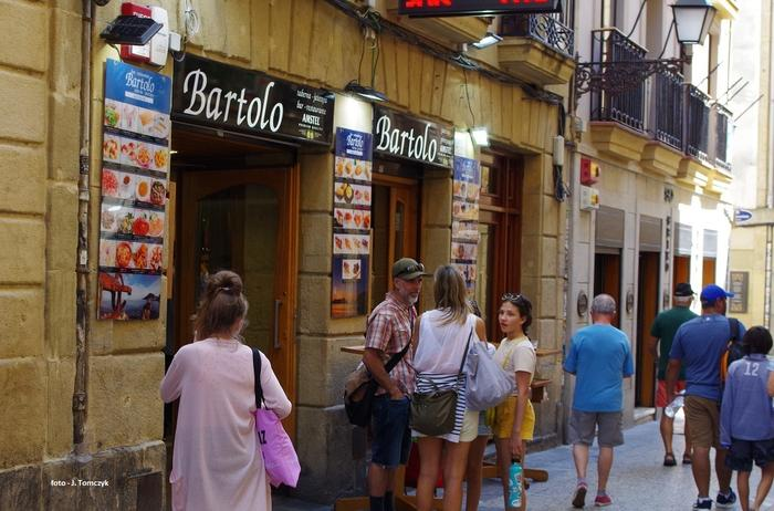 Przed wejściem do baru z pintxos.
