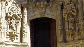 Przed wejściem do barokowego kosciółka.