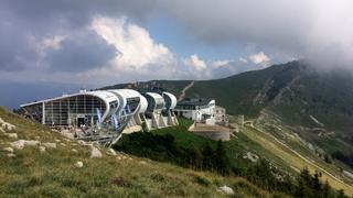Monte Baldo, widok na górną stację kolejki połączoną z restauracją