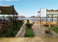 Plaża, między hotelem a morzem