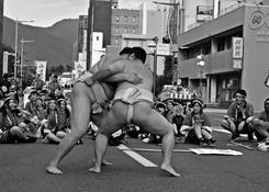 Zapaśnicy sumo podczas ulicznego festiwalu