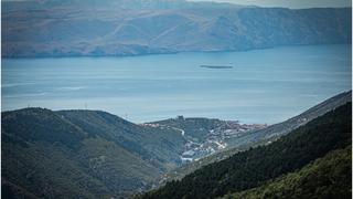 Chorwacja, widok na miasto Senj i wyspę Krk