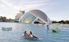 Budowle Miasta Sztuki i Nauki łączy woda