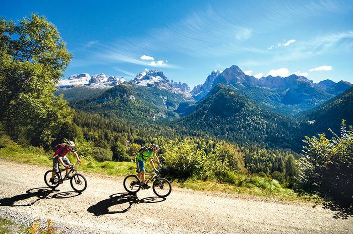 Trasa widokowa ze szczytami Dolomiti di Brenta w tle
