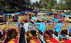 Kolorowe łodzie w dzielnicy Xochimilco w Meksyku