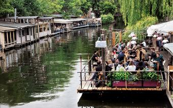 Club der Visionaere, a zwłasza jego pomost, ma opinię jednego z najlepszych w mieście miejsc na imprezę