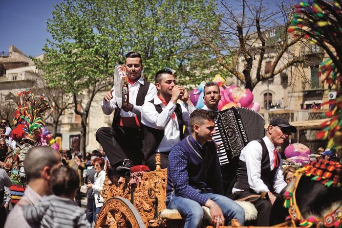 Główną ulicą Vizzini jadą carretti siciliani, tradycyjne sycylijskie wozy