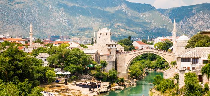 Hercegowina, widok na Mostar ze słynnym Starym Mostem nad Neretwą