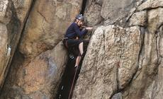 Rudawy Janowickie, wspinacz w ścianie Sukiennic – tam, gdzie zaczęła się górska kariera Wandy Rutkiewicz