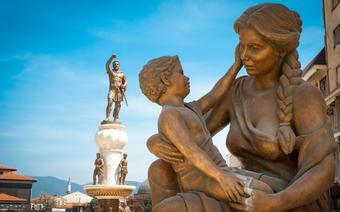 Skopje, Rzeźby na Fontannie Matek. W tle pomnik króla Filipa II