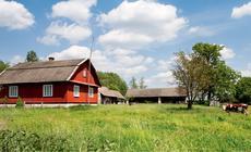 W Podemszczyźnie uwagę zwraca dom z dachem o nietypowym kształcie