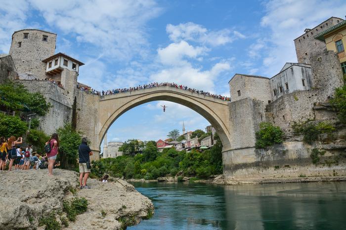 Skoki do rzeki ze Starego Mostu w Mostarze