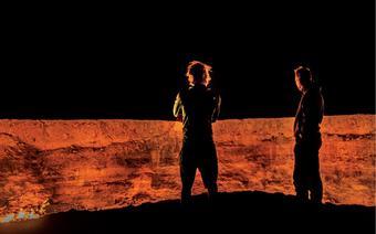 Nocą krater już z daleka rozświetla pustynię Kara Kum