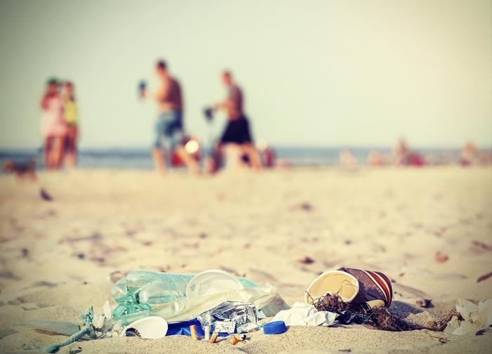 Śmieci pozostawione przez turystów na plaży nad Morzem Bałtyckim