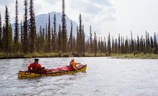 Spływ w canoe rzeką Nahanni w Kanadzie