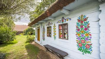 Zalipie – malowana wieś w Małopolsce. Zobacz, jak gospodynie malują swój świat!