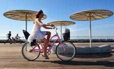 Rowerzystka na plaży w Tel Awiwie